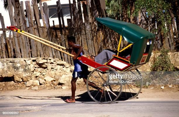 Le pousse pousse tire par un homme est le moyen traditionnel de transport du sud de l'ile de Madagascar.