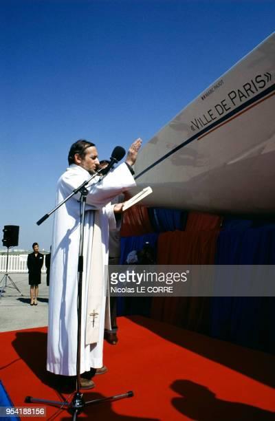 Le père Le Roy bénit le bateau de Marc Pajot en France le 10 avril 1991