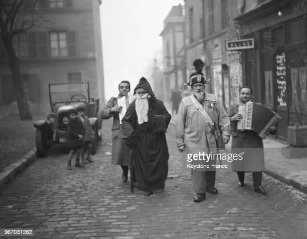 Le Père Noël dans les rues de Montmartre à Paris France le 25 décembre 1932