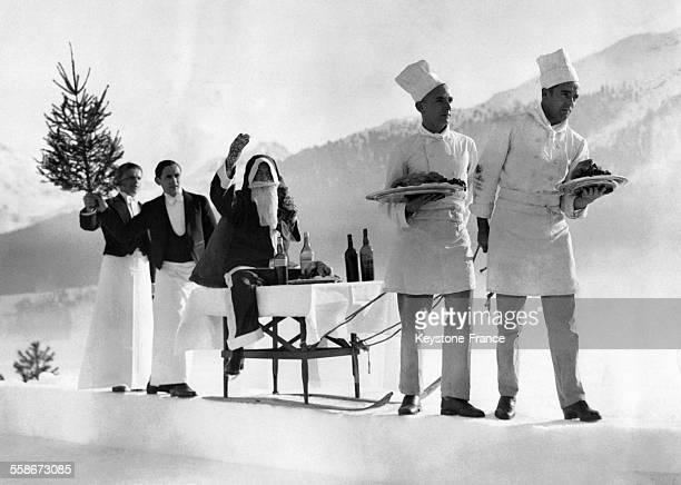 Le Père Noël entouré de garçons et de cuisiniers arrive avec panache au Grand Hôtel le 24 décembre 1932 à SaintMoritz Suisse