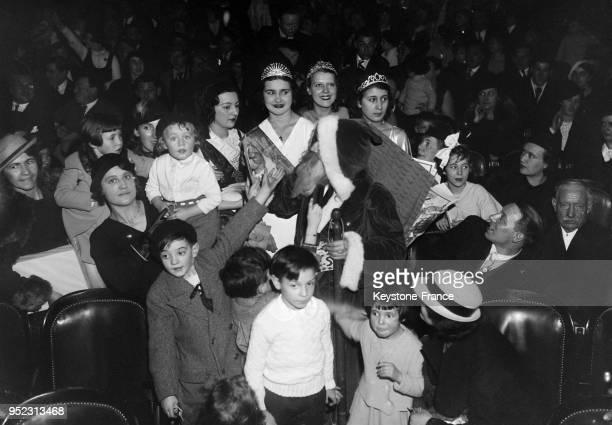 Le Père noël entouré des reines de France des Halles et de Paris distribue des jouets aux enfants lors de l'arbre de Noël organisé pour les enfants...