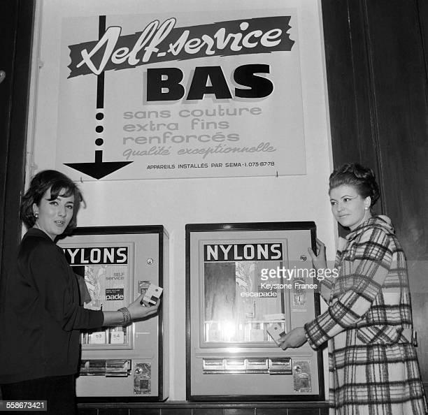 Le premier appareil distributeur de bas en nylon le 'self service' de bas nylon a fait son apparition dans une rue proche de la gare SaintLazare a...