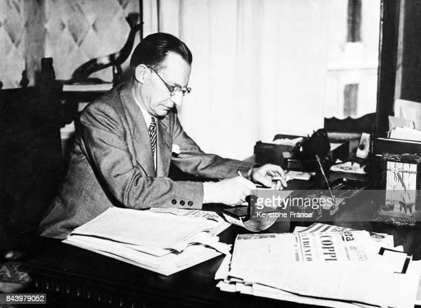 Le premier ministre Alcide de Gasperi à son bureau à Rome Italie en août 1948