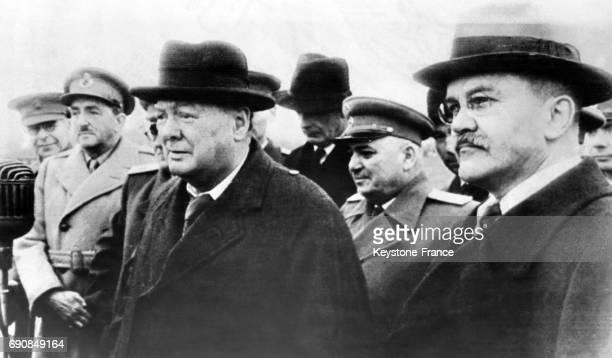 Le Premier ministre britannique Churchill accueilli par le ministre soviétique des Affaires étrangères Viatcheslav Molotov à l'aéroport de Moscou au...