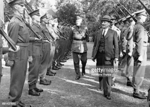 Le Premier ministre britannique Clement Attlee, accompagné du Brigadier OM Wales, passe en revue la Garde d'Honneur écossaise à son arrivée à la...