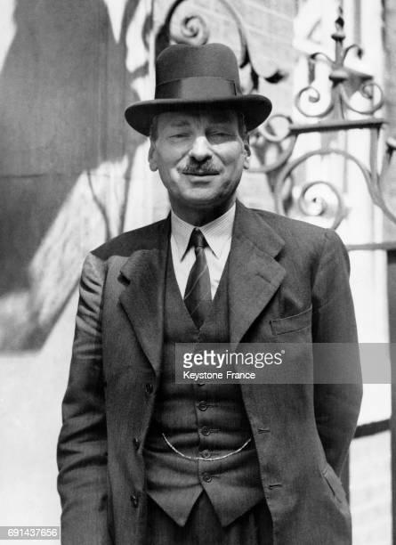 Le Premier ministre britannique Clement Attlee photographié tout sourire sur le perron du 10 Downing Street à Londres RoyaumeUni le 10 août 1945