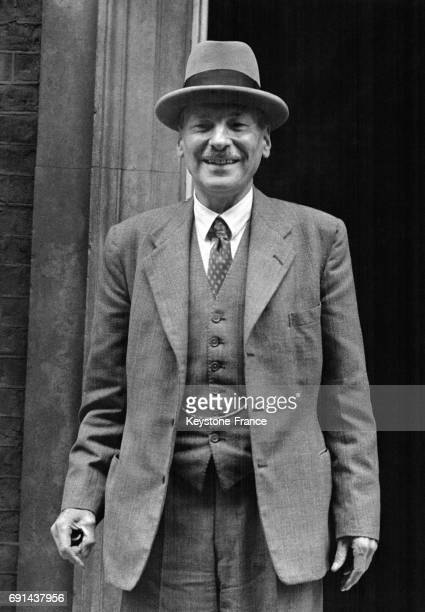 Le Premier ministre Clement Attlee photographié à son arrivée au 10 Downing Street tout sourire à Londres RoyaumeUni le 25 août 1947