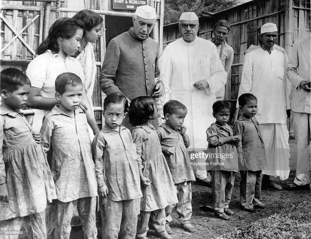 Jawaharlal Nehru et Jairamdas Daulatram avec des enfants lépreux : News Photo