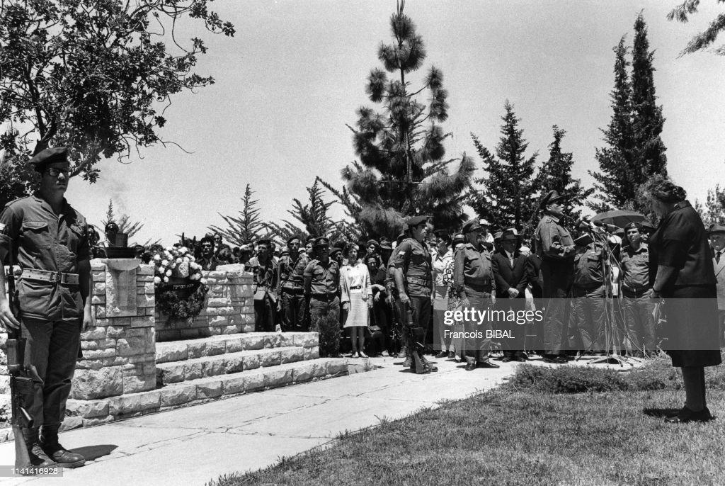 Le premier ministre d'Israël Golda Meir assistant à une