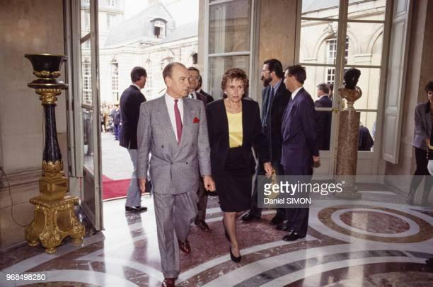 Le Premier ministre Edith Cresson et son conseiller Abel Farnoux le 16 mai 1991 à Paris France