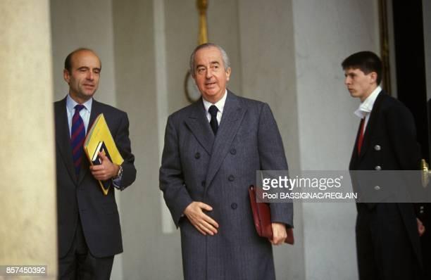 Le premier ministre Edouard Balladur accompagne de son ministre des Affaires Etrangeres Alain Juppe assiste au premier conseil des ministres de son...