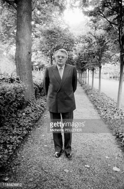Le premier ministre français Pierre Mauroy à l'Hotel Matignon à Paris le 5 aout 1982, France.