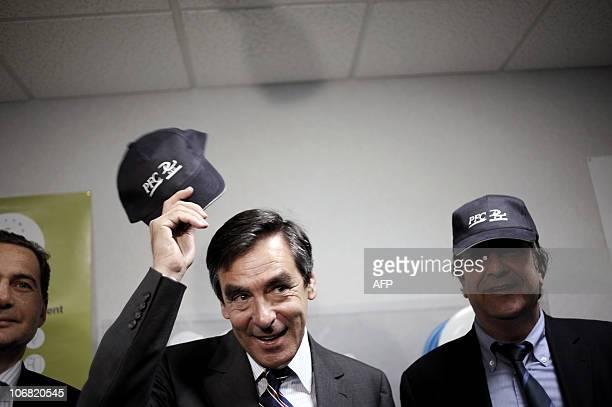 Le Premier ministre François Fillon brandit la casquette de l'entreprise Prodef France Chimie qui produit des détergeants et des produits d'entretien...