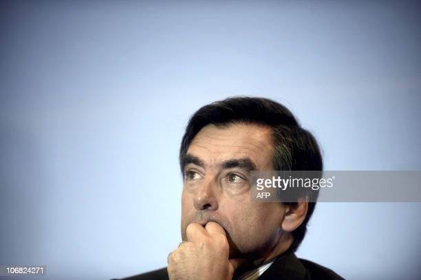 Le Premier ministre François Fillon écoute un discours lors de sa visite de l'entreprise Prodef France Chimie qui produit des détergeants et des...