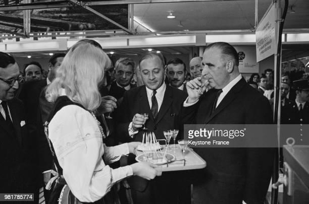 Le premier ministre Georges Pompidou au stand de la Pologne à la Foire de Paris à Paris en France le 20 mai 1967