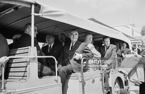 Le premier ministre Georges Pompidou à bord d'un car qui transporte les visiteurs à travers la Foire de Paris à Paris en France le 20 mai 1967