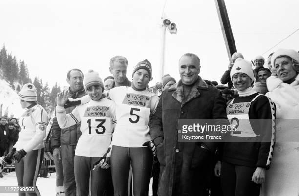 Le Premier ministre Georges Pompidou entouré de Marielle Goitschel Annie Famose et Isabelle Mir derrière on aperçoit le ministre de la Jeunesse et...