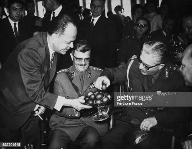 Le premier ministre Georgios Papadopoulos offrant au général Georges Zoitakis régent de Grèce les traditionnels oeufs rouges pour la Pâques orthodoxe...