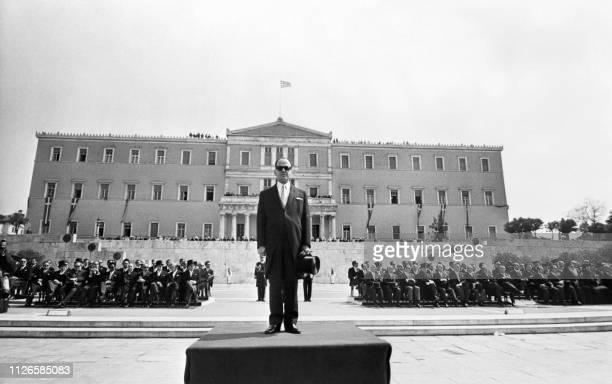 Le Premier ministre grec Georges Papadopoulos assiste au défilé durant la célébration de la fête nationale à Athènes le 24 avril 1972 Greek Prime...