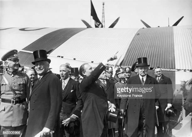 Le premier ministre Hermann Göring avec le président Paul von Hindenburg, le vice-chancelier Franz von Papen, le ministre des affaires étrangères...
