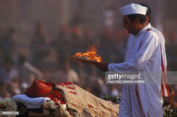 Le premier ministre indien Rajiv Gandhi aux obsèques de sa mère Indira Gandhi le 3 novembre 1984 à New Delhi Inde
