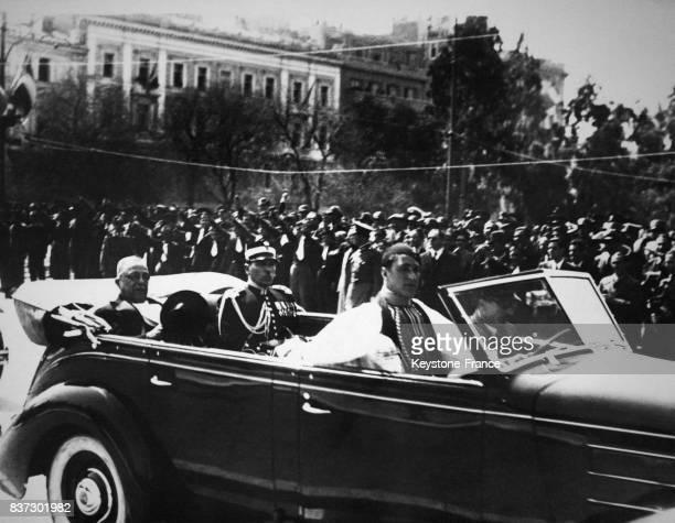 Le premier ministre Ioannis Metaxas se rendant en voiture à la revue des troupes lors de la fête nationale grecque à Athènes Grèce le 28 mars 1938