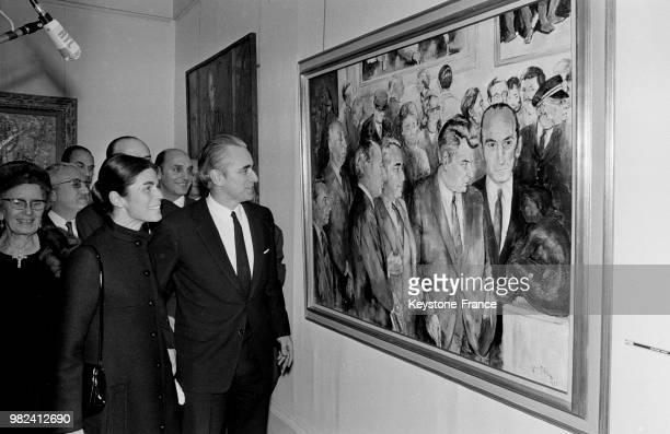 Le premier ministre Jacques ChabanDelmas et sa femme Micheline devant un tableau de Victor Viko sur lequel il est représenté lors de l'inauguration...