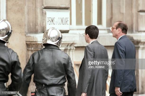 Le Premier ministre Jacques Chirac arrive dans la cour de la Préfecture de Police de Paris devant la salle d'attribution des permis de conduire où un...