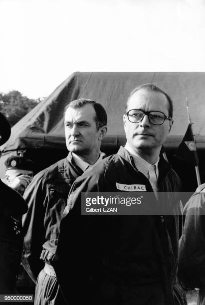 Le premier ministre Jacques Chirac pendant ses grandes manoeuvres militaires accompagné du ministre de la défense Yvon Bourge le 10 février 1975 à...