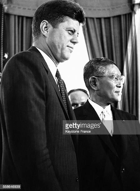 Le Premier ministre japonais Hayato Ikeda reçu par le président Kennedy à la MaisonBlanche à Washington DC EtatsUnis le 22 juin 1961