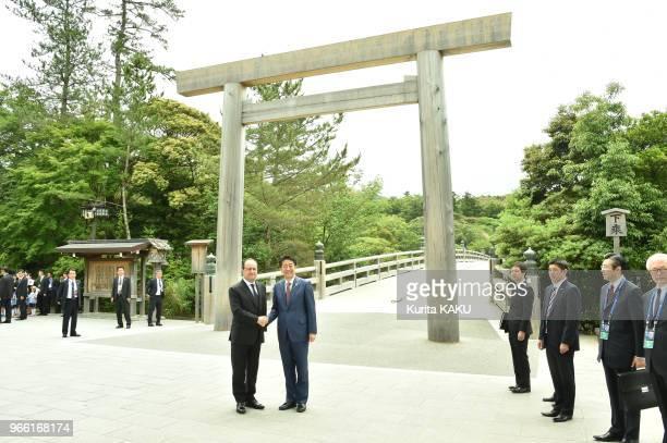 Le premier ministre japonais Shinzo Abe accueille le président français François Hollande devant le pont Uji-bashi du sanctuaire d'Ise le 26 mai...