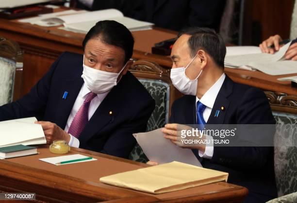 Le premier ministre japonais Yoshihide Suga et le ministre des finances Taro Aso lors d'une séance de la Diète le 18 janvier 2021, Tokyo, Japon.