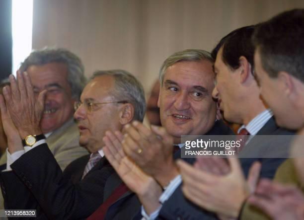 Le Premier ministre Jean-Pierre Raffarin ) assiste aux côtés du président du groupe UMP Jacques Barrot , du maire de Toulouse Philippe Douste-Blazy...