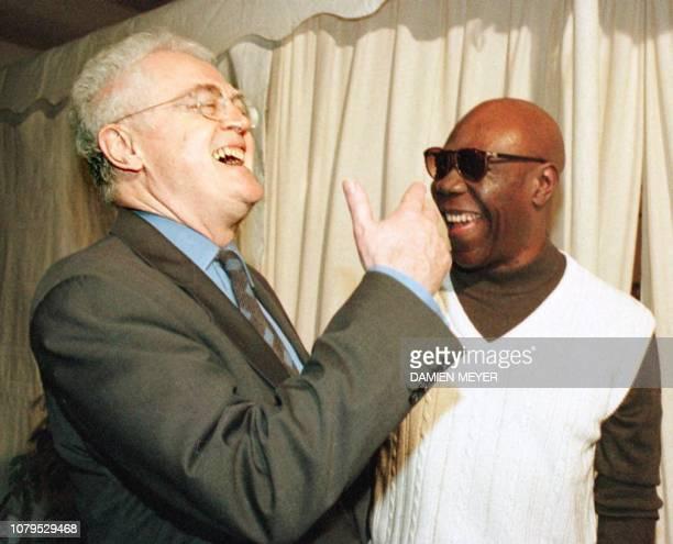 Le Premier ministre Lionel Jospin plaisante avec le saxophoniste Manu Dibango dans les coulisses, le 26 avril à Champagney, peu avant le concert de...