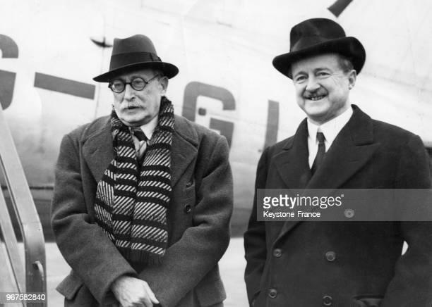 Le Premier ministre Léon Blum photographié avec l'ambassadeur britannique en France, Duff Cooper à son arrivée à l'aéroport, à Londres, Royaume-Uni...