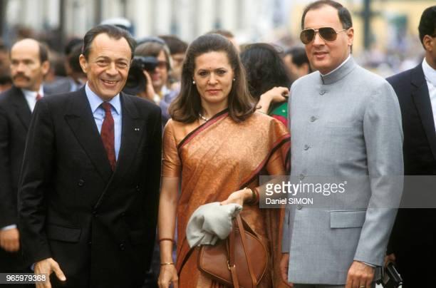 Le Premier ministre Michel Rocard avec son homologue indien Rajiv Gandhi et son épouse Sonia lors du défilé militaire du 14 juillet sur les...