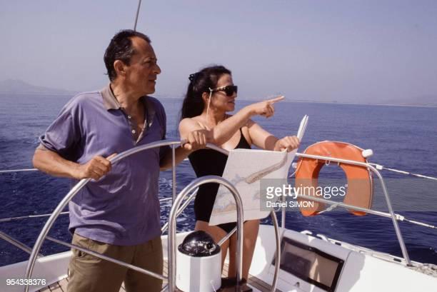 Le Premier ministre Michel Rocard et son épouse Michèle font du bateau pendant leurs vacances le 8 août 1989