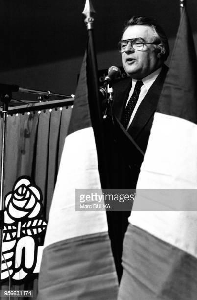Le Premier Ministre, Pierre Mauroy lors d'un meeting électoral dans le cadre des élections cantonales en Ardèche, le 9 mars 1982 à Granges les...