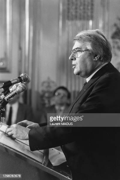 Le Premier Ministre Pierre Mauroy lors d'une conférence de presse, à l'Hôtel Matignon, pour présenter la politique économoique et sociale du...
