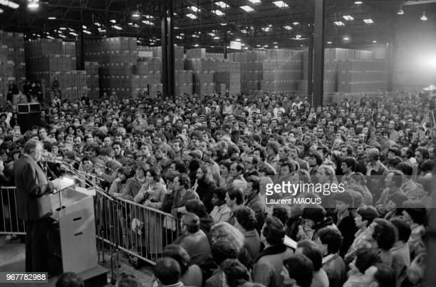 Le Premier ministre Pierre Mauroy s'adresse aux ouvriers de l'entreprise Thomson lors de sa visite le 26 février 1982 à La RochesurYon France