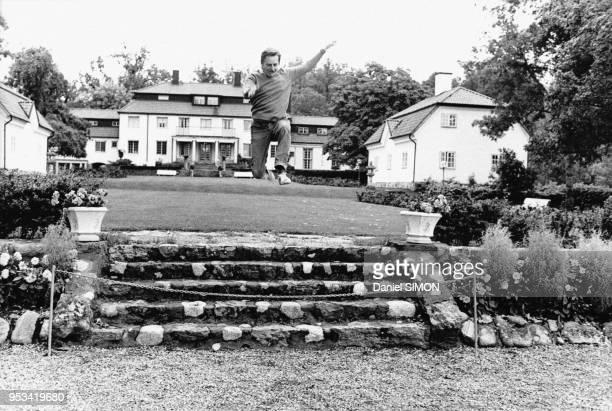 Le Premier ministre suédois Olof Palme fait du sport dans son jardin en septembre 1973 à Stockholm Suède
