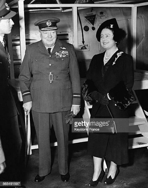 Le premier ministre Winston Churchill et la Reine Elizabeth inspectent les bataillons 600 et 615 de la Royal Air Force à la base de Biggin Hill à...