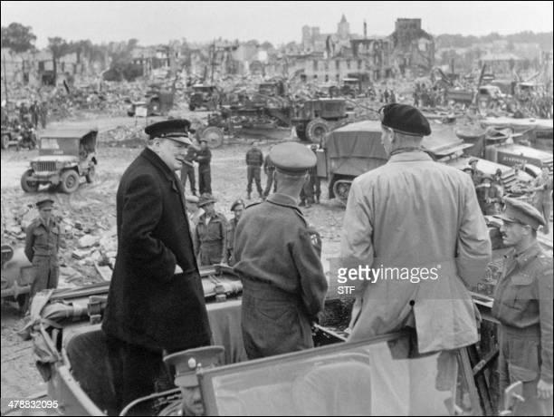 le Premier ministre Winston Churchill visite le 23 juillet 1944 la ville de Caen en partie rasée en compagnie du général Bernard Montgomery et de...