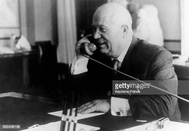 Le Premier secretaire du Parti communiste sovietique Nikita Khrouchtchev s'entretient au telephone avec le second cosmonaute sovietique Guerman Titov...