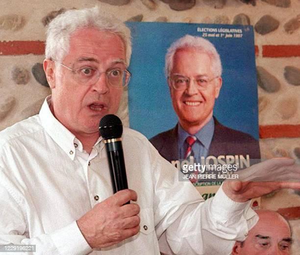 Le premier secrétaire du Parti socialiste , Lionel Jospin, explique son programme électoral à des sympathisants, le 17 mai, dans une salle de la...