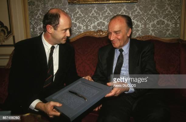 Le president bosniaque Alija Izetbegovic recu par Brice Lalonde pendant sa visite officielle le 9 janvier 1993 a Paris France