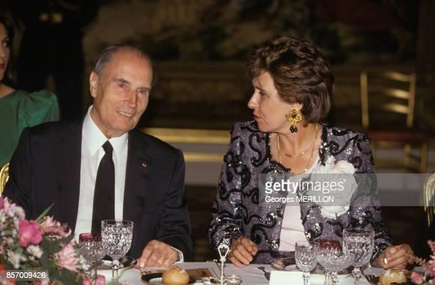 Le president de l arEpublique Francois Mitterrand avec son premier ministre Edith Cresson au palais de l'Elysee lors de la visite du Cheikh Zayed des...