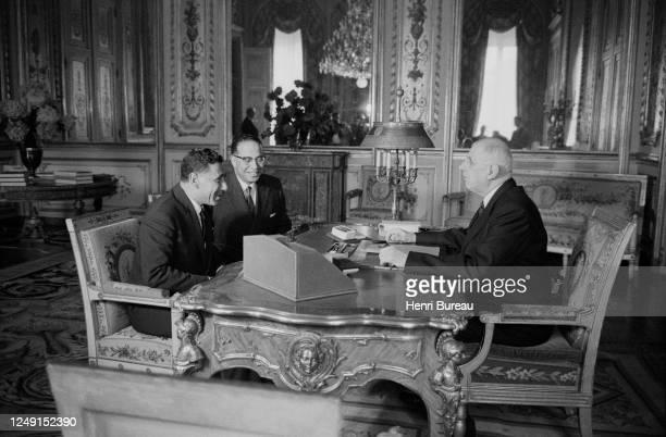 Le President français Charles de Gaulle dans son bureau à l'Elysée avec le Maréchal Amer.