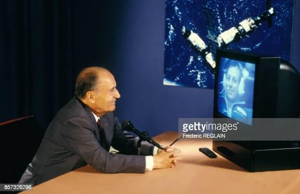 Le president Francois Mitterrand s'entretient en duplex avec l'astronaute Michel Tognini dans la station Mir le 29 juillet 1992 en France