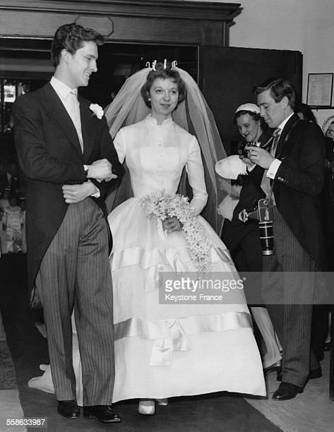 Le pretendant de la Princesse Margaret, Antony Armstrong Jones, photographie l'actrice Anna Massey et l'acteur Jeremy Brett a leur mariage au village...